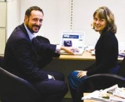 Vi hadde pyntet et annet sted, men Haakon ville heller bli med på mitt rotete kontor for å vise fram globaldignity.org på mac'en.