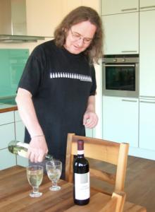 Ingvar sparer ikke på vinen når han får besøk fra Norge.