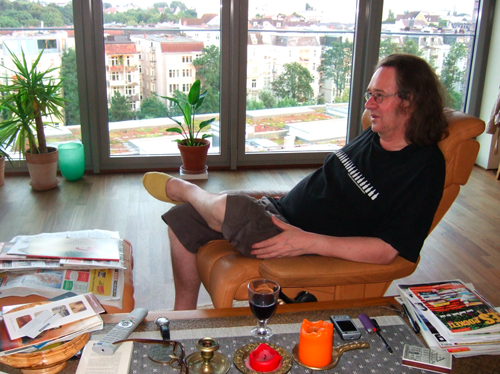 Ingvars leilighet nummer to i Hamburg. Han liker å sitte i stua og se på potteplantene på verandaen gjennom den åpne døra. Å gå ut på verandaen har han lite behov for. Helst vil han leve så kjedelig som mulig.