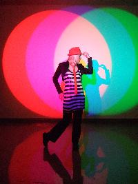 Vokalist Aria prøver lyskasterne på Teknisk museum.