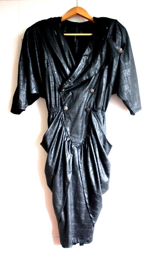 """Her er merkelappen i nakken klipt av, men jeg ser at kjolen er Made in France. Stoffet er en slags seig silke. Eieren sier: """"En helt rå åttitallskjole – tenk dynastiet, med skulderputer og legg på hofta."""""""